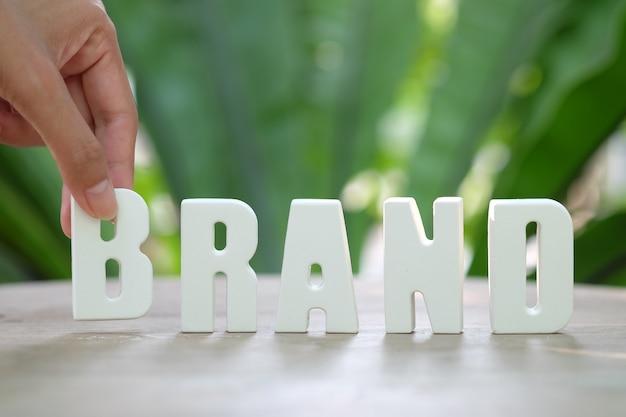 Ręcznie układaj białe litery brand