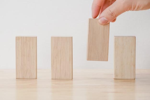 Ręcznie układania bloku drewna