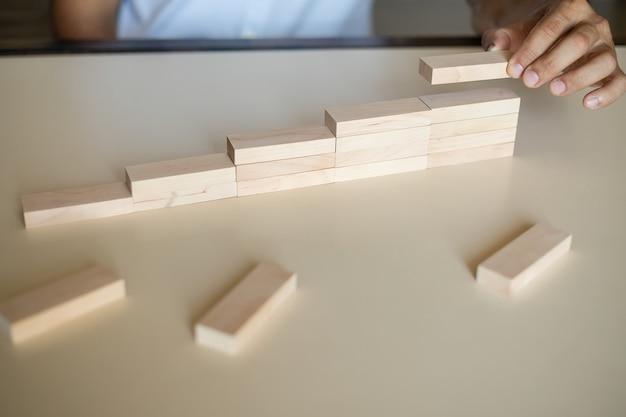 Ręcznie uporządkuj układanie drewnianych bloków jako schody schodkowe. koncepcja ścieżki kariery drabiny dla pomyślnego rozwoju biznesu, kopia przestrzeń