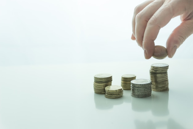 Ręcznie włóż monety do stosu monet