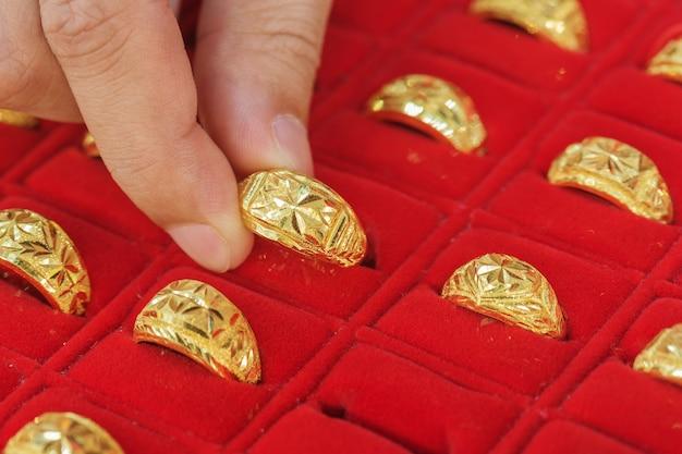 Ręcznie wybierając złote pierścienie