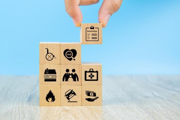 Ręcznie wybierz ikonę ubezpieczenia na drewniane klocki zabawki z ikoną potection