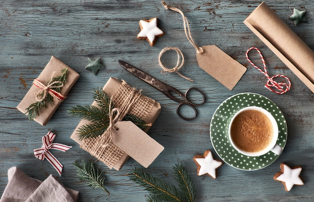 Ręcznie wykonane prezenty na ciemny drewniany stół z ozdób choinkowych