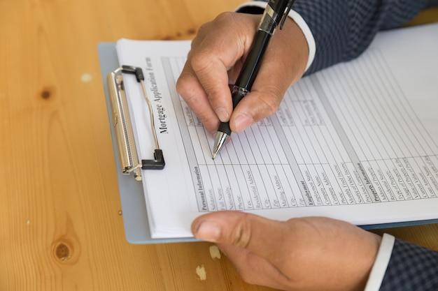Ręcznie wypełnij wniosek o kredyt hipoteczny w schowku