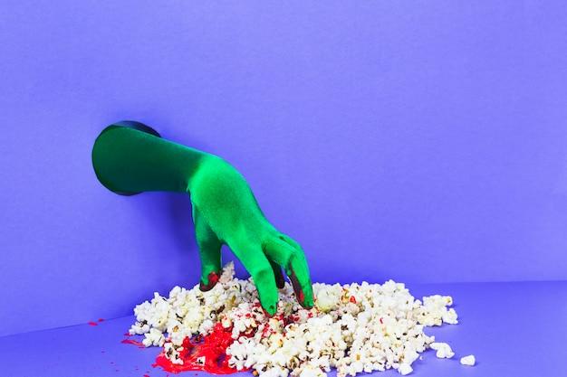Ręcznie ze ściany i stosu popcorn