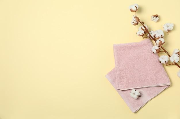 Ręcznik i bawełniana gałąź na beżu, miejsce na tekst