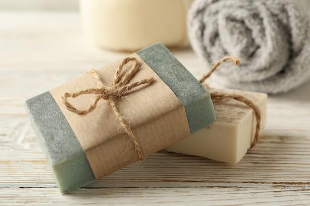 Ręcznik i naturalne mydło na podłoże drewniane