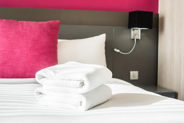 Ręcznik na łóżku