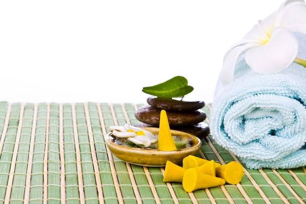 Ręcznik z kamieni na stole z trzciny