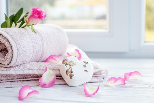 Ręczniki i sól do kąpieli. miejsce na tekst. koncepcja spa, relaxa