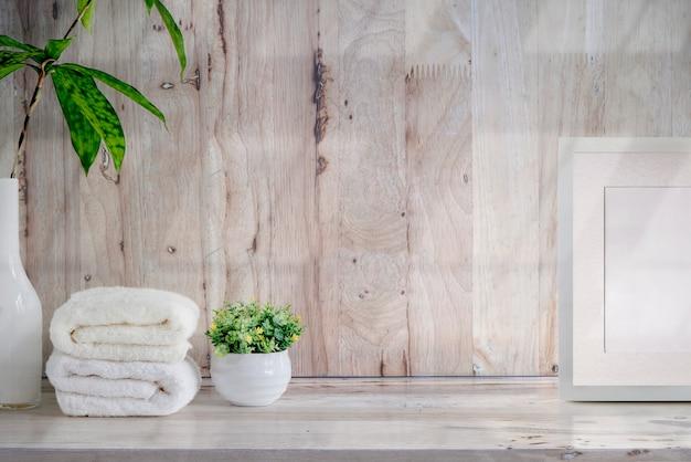 Ręczniki kąpielowe makieta na drewnianym stole z miejsca na kopię.