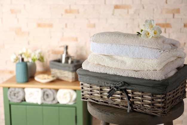 Ręczniki kąpielowe w wiklinowym koszu