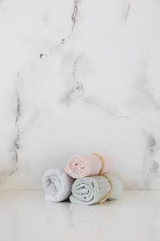Ręczniki na stole z marmurową tła i kopii przestrzenią