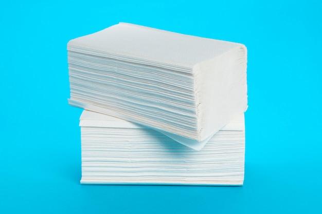 Ręczniki papierowe na białym tle