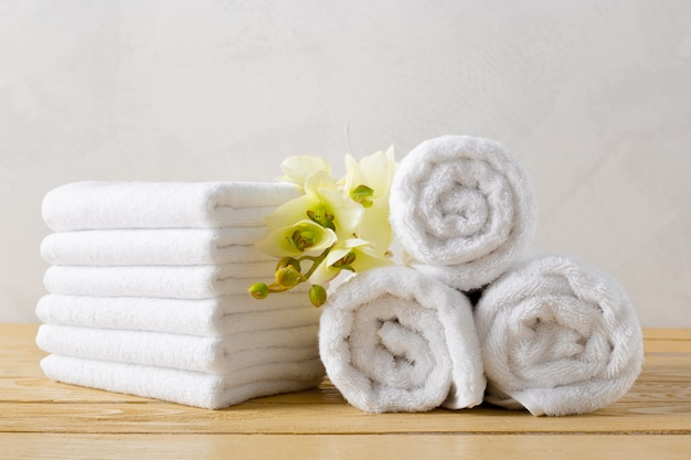 Ręczniki rolowane z kwiatkiem