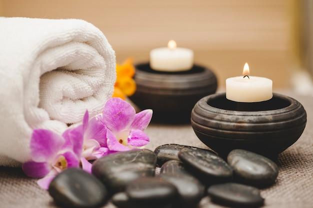 Ręczniki, świece, kamienie i kwiaty