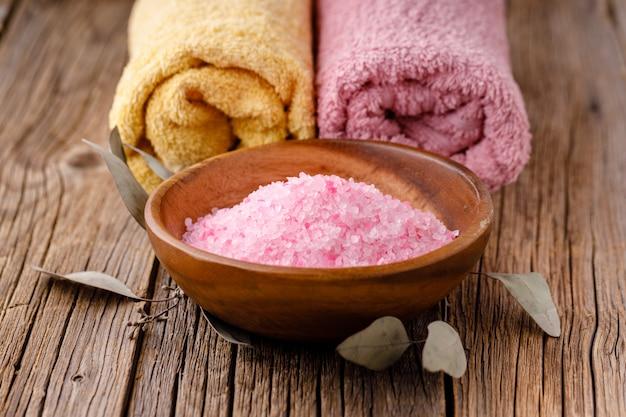 Ręczniki z drewna stół i sól z mydłem