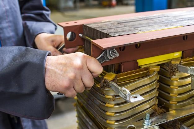 Ręczny montaż transformatora