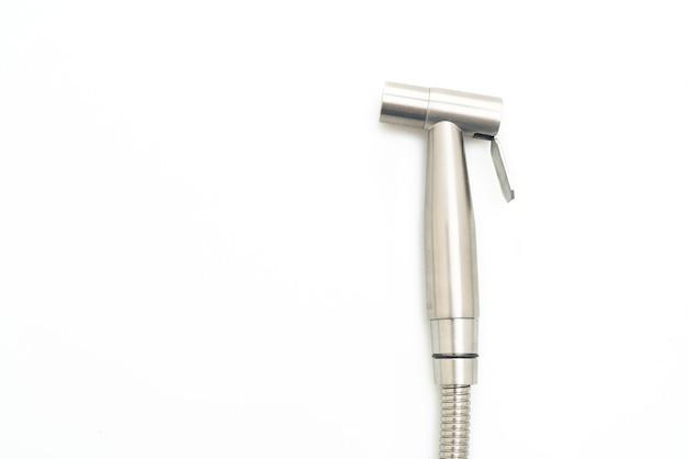 Ręczny opryskiwacz bidetowy izolowany na białej powierzchni