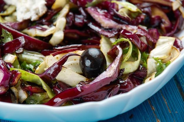 Red cabbage mojo slaw - kubański sos mojo jest zrobiony z tonami czosnku, świeżym sokiem pomarańczowym oraz dużą ilością oregano i kminku.