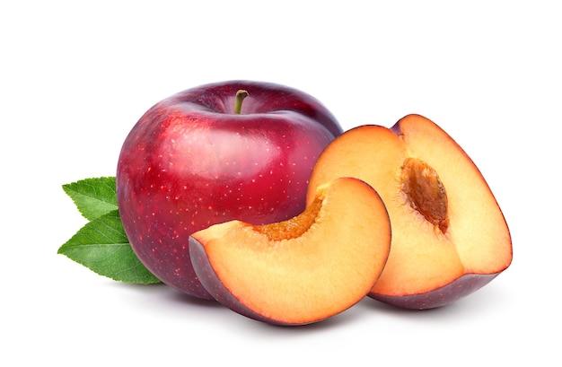 Red cherry plum owoce z pokrojonymi i zielonymi liśćmi na białym tle.