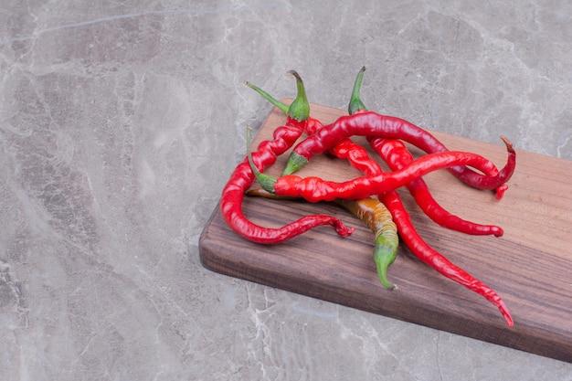 Red hot chili peppers na marmurze.