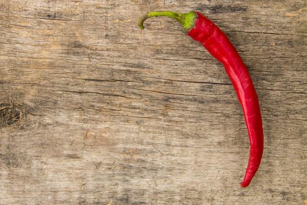 Red hot chili peppers na rustykalnym drewnianym stole. widok z góry z miejscem na kopię