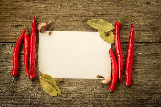 Red hot chili peppers na starym drewnianym stole z miejscem na tekst