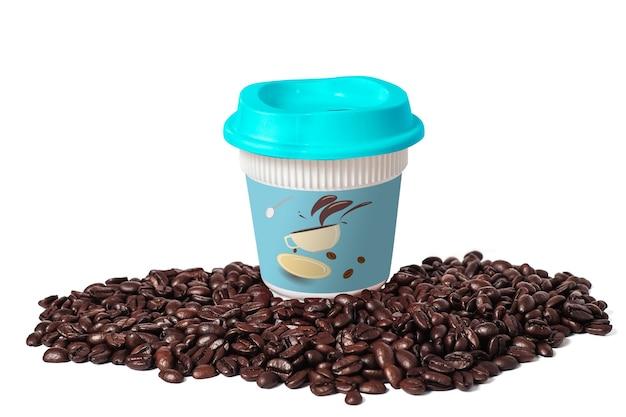 Red hot tall coffee take away cup i świeże ziarna kawy na białym tle