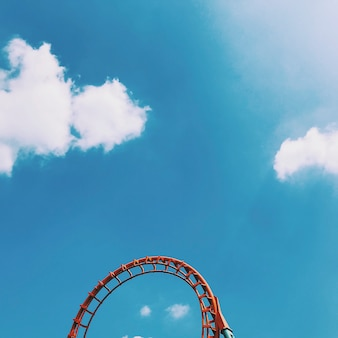 Red rollercoaster utworów na niebie