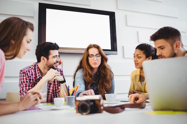 Redakcja dyskutuje podczas spotkania w biurze kreatywnym