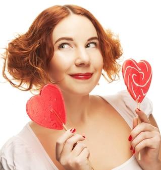 Redhair kobieta z wielkim karmelem serca
