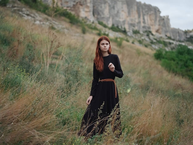 Redhaired kobieta góry natura trawa spacer krajobraz
