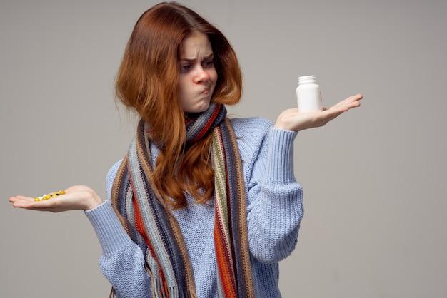 Redhaired kobieta problemy zdrowotne temperatura na białym tle