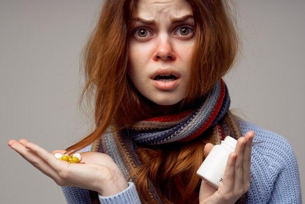 Redhaired kobieta wirus infekcji grypy opieki zdrowotnej jasne tło