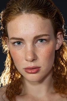 Redhead dziewczyna z piegami