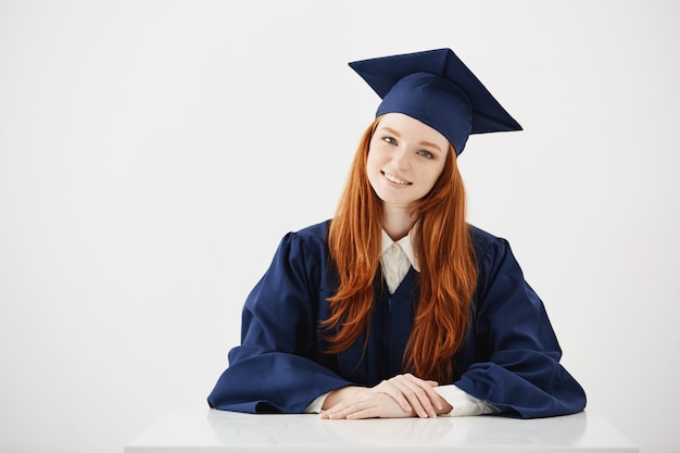 Redhead kobiet absolwent uśmiecha się.