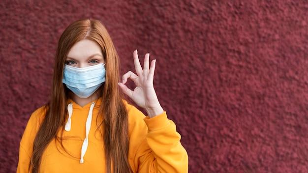 Redhead kobieta ubrana w maskę z miejsca na kopię
