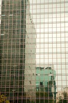 Refleksje budynków w nowoczesnym budynku ze szkła