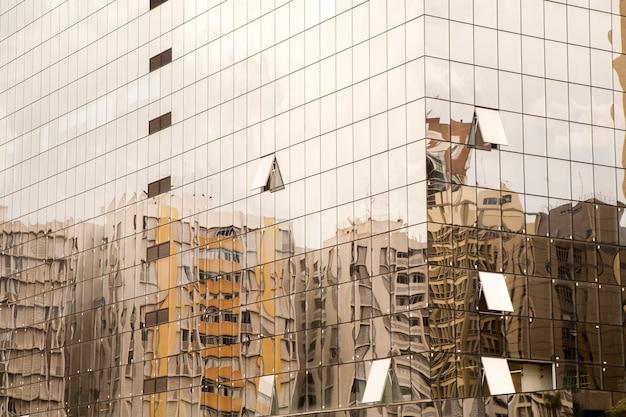 Refleksje starego budynku na nowoczesnym budynku ze szkła