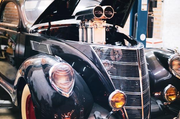 Reflektor lampy rocznika klasyczny retro samochód przy retro garażem