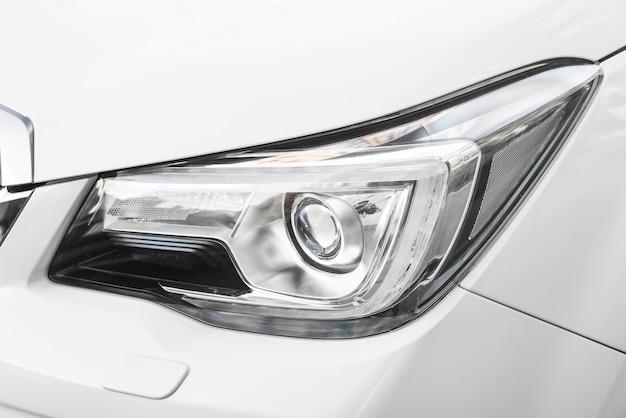 Reflektor nowego białego samochodu