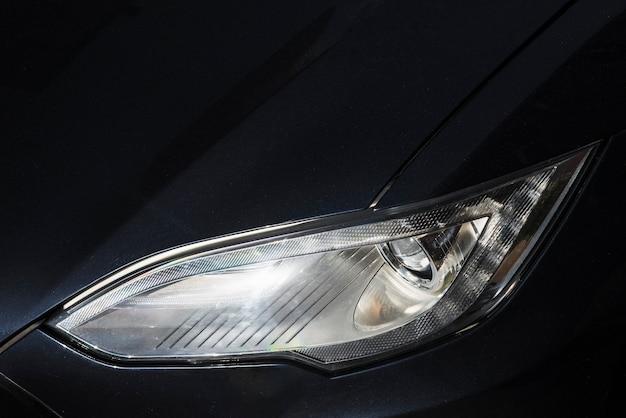 Reflektor nowego matowego czarnego samochodu