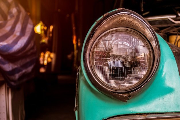 Reflektor samochodowy z bliska, zabytkowy samochód