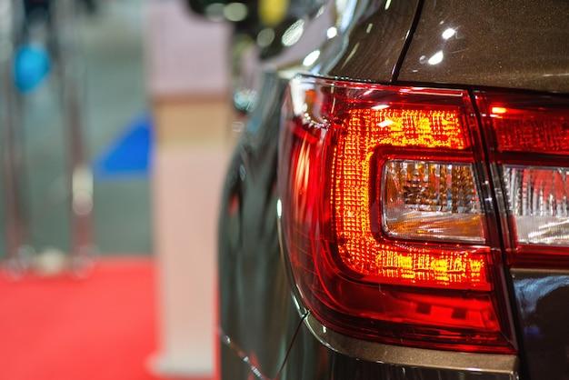 Reflektor samochodowy z podświetleniem. detal z zewnątrz. ciemny samochód