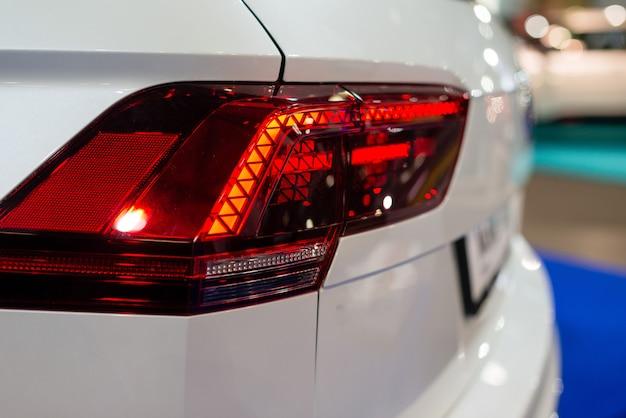 Reflektor samochodowy z podświetleniem. detal zewnętrzny. biały samochód