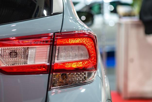 Reflektor samochodowy z podświetleniem. detal zewnętrzny: samochód w kolorze srebrnym