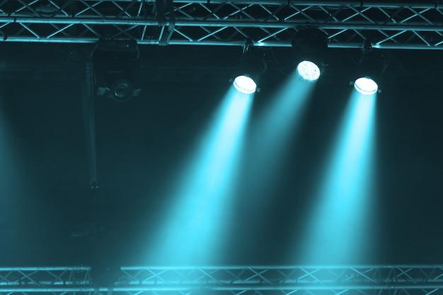 Reflektor sceniczny z promieniami laserowymi. koncertowe oświetlenie tła
