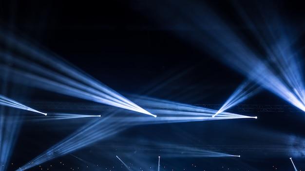 Reflektor sceniczny z promieniami laserowymi. tło oświetlenia koncertu