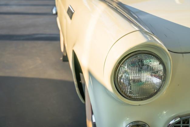 Reflektor z rocznika samochodu. (filtrowany obraz przetwarzany rocznika
